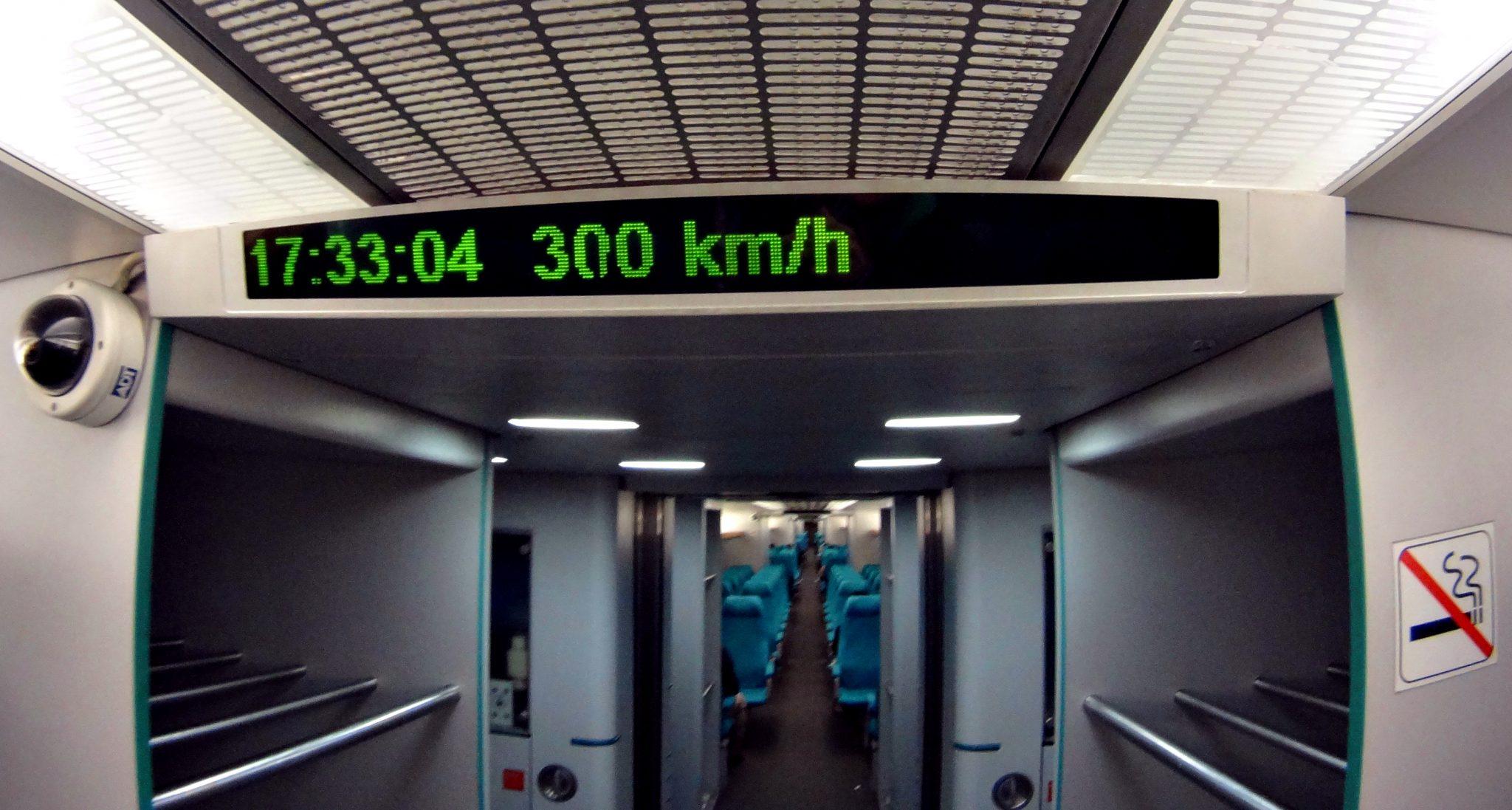 Maglev ide bežne maximálnou rýchlosťou 300 alebo 430 km/h